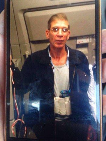 Photo of بالصورة.. خاطف الطائرة المصرية وهو يرتدي حزاما ناسفا!