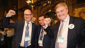 Photo of البريطانيون يصوّتون لصالح الخروج من الاتحاد الأوروبي في الاستفتاء