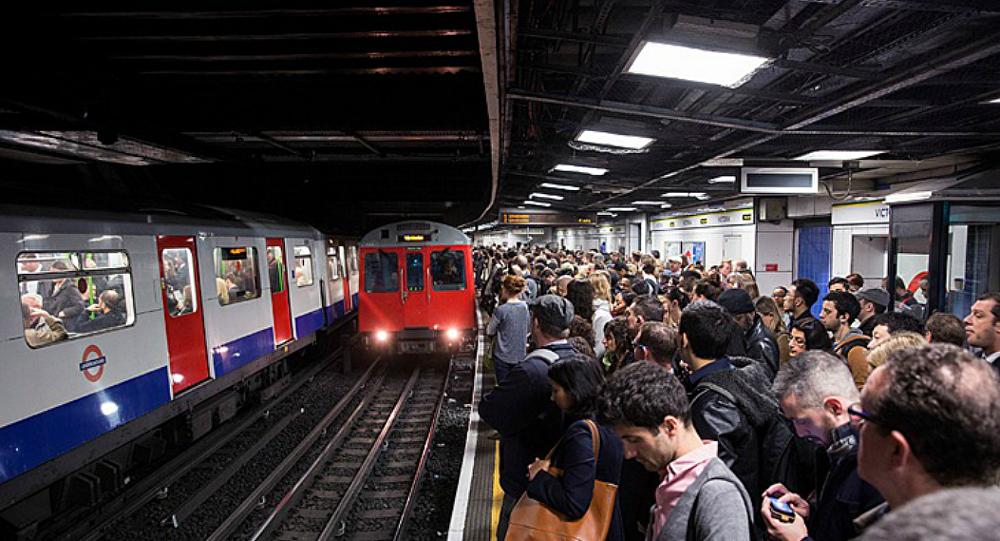 "Photo of إخلاء محطة قطارات ""غولدرز غرين"" في لندن"