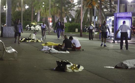 Photo of نيس: أكثر من 70 قتيلاً في هجوم بشاحنة