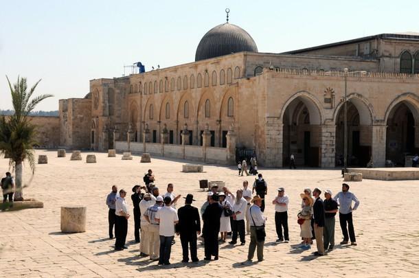 Photo of أكثر من 80 مستوطنا وطالبا يهوديا يقتحمون الأقصى