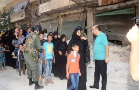 Photo of عشرات العائلات تخرج من أحياء حلب الشرقية وعدد من المسلحين يسلّمون أنفسهم للجيش