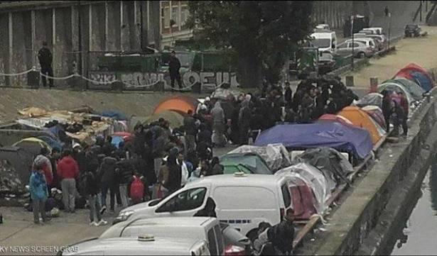 Photo of باريس تفكك مخيمات اللاجئيين