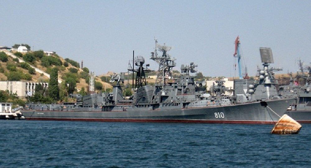 "Photo of خروج سفينة الحراسة ""سميتليفي"" الروسية من ميناء بيريه اليوناني"