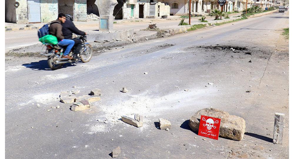 Photo of صحافي أمريكي: السعودية وإسرائيل وراء الهجوم الكيميائي في خان شيخون