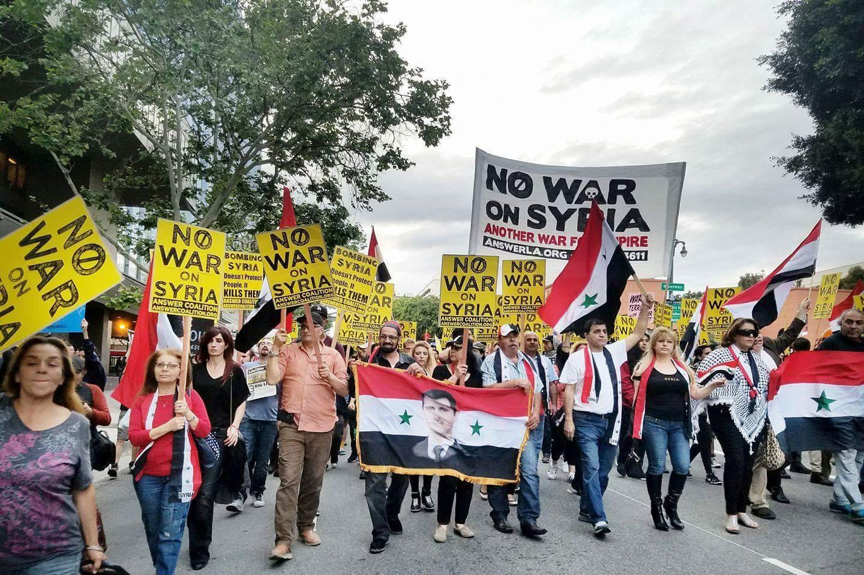 Photo of الجالية العربية في امريكا ومتظاهرون امريكيون ينددون بالعدوان على سورية