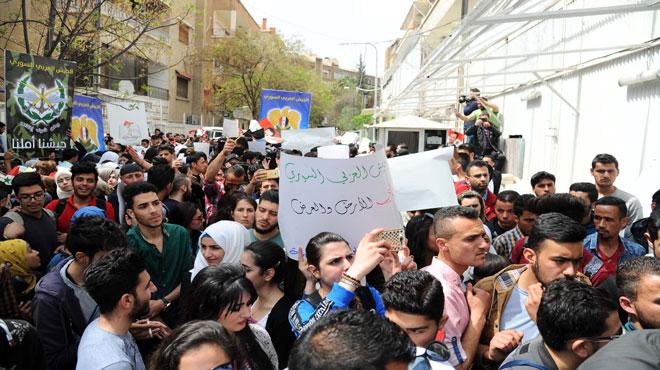 Photo of طلبة جامعة دمشق يحتجون على العدوان الامريكي