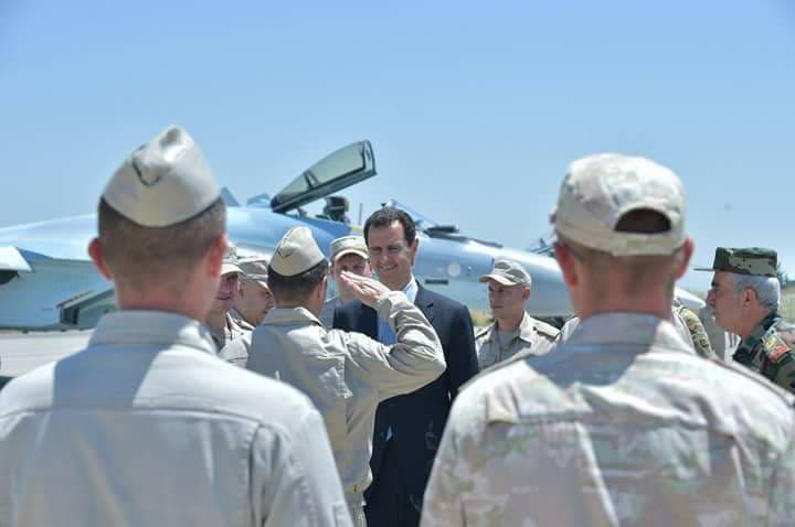 Photo of الأسد يزور قاعدة حميميم العسكرية ويقوم بجولة على سلاح الجو الروسي الموجود فيها