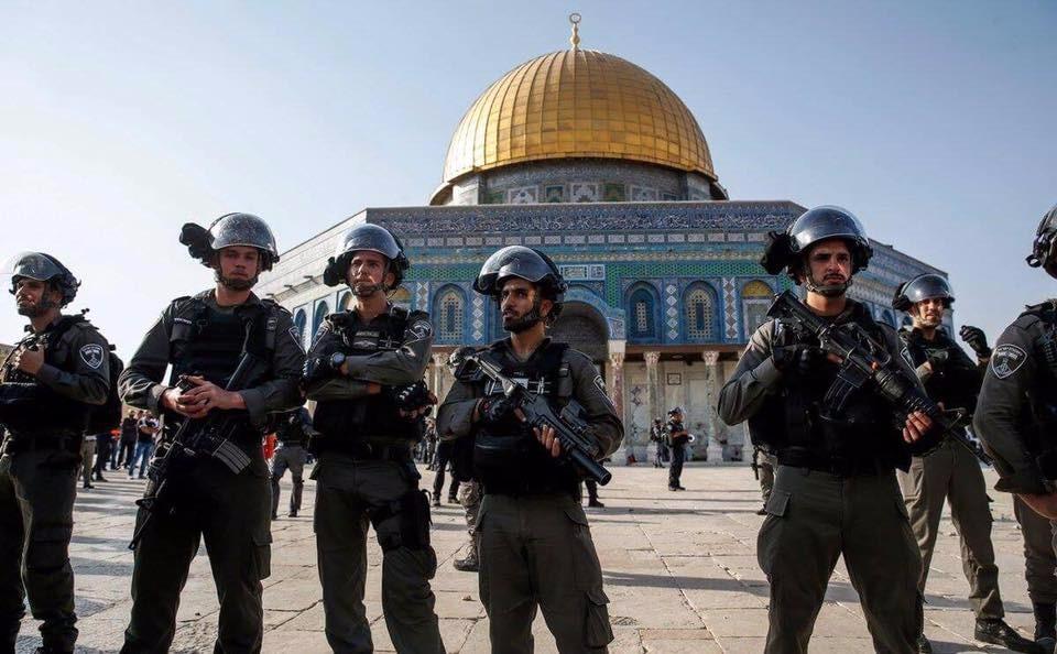 Photo of مواجهات عنيفة بين الفلسطينيين والقوات الإسرائيلية داخل المسجد الأقصى
