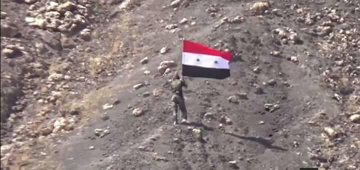 """Photo of علم سوريا يزين """"تل بردعيا"""" بجبل الشيخ"""