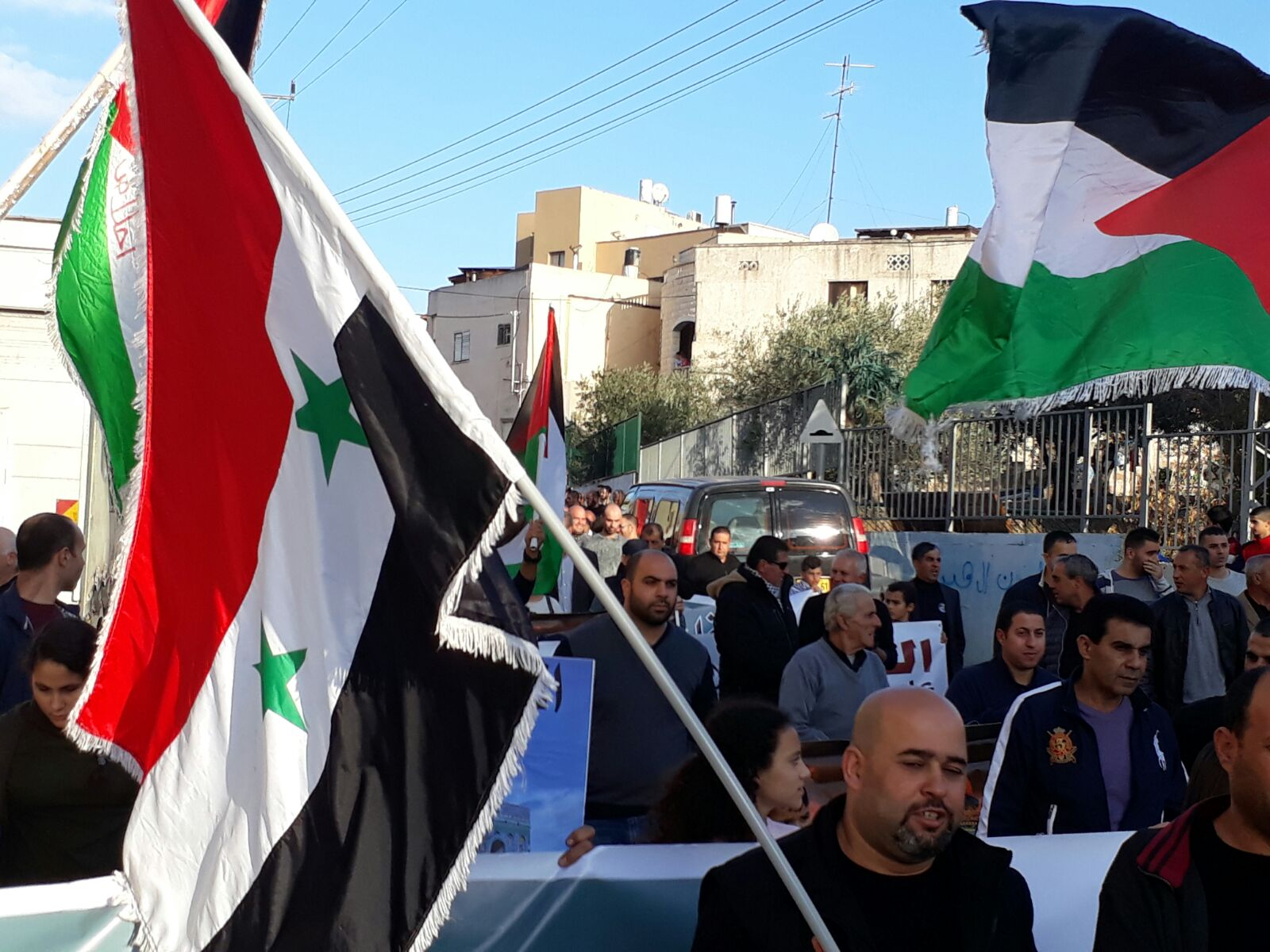 Photo of العلم السوري يتصدر مظاهرة الغضب في سخنين