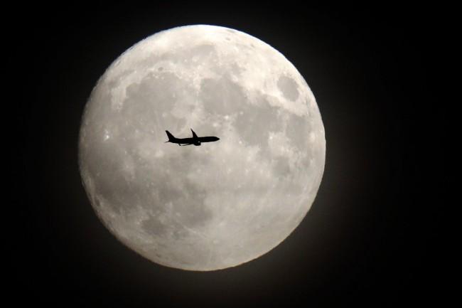 Photo of القمر العملاق ينير سماء أول أيام العام الجديد 2018