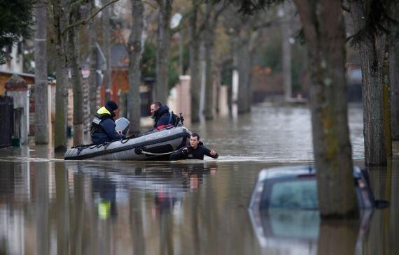 Photo of بالصور- مياه الأمطار تغرق باريس!