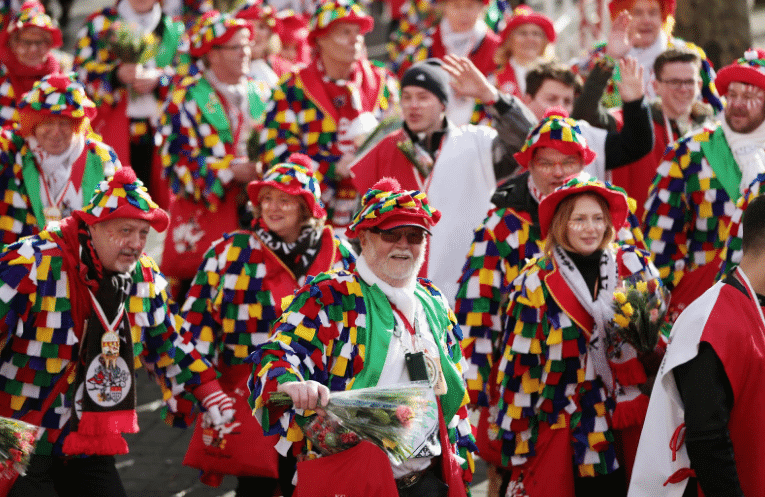 "Photo of طقوس جنونية بـ  ""مهرجان الورد""  بألمانيا(صور)"
