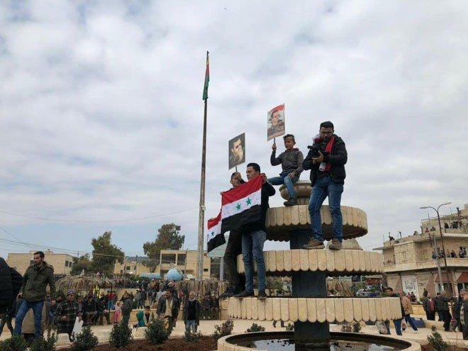 Photo of علم سوريا يٌزين ساحة عفرين (صور)