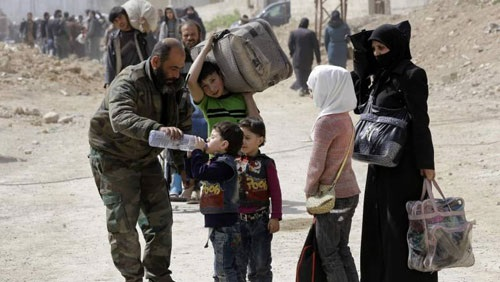 Photo of Over 3,500 civilians exit Ghouta, army units receive them and provide their needs