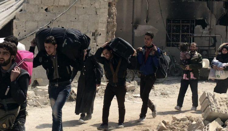 Photo of بالتوازي مع خروج المدنيين.. استسلام 15 مسلحاً من الغوطة
