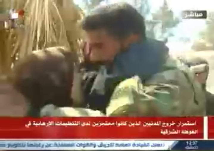 Photo of (فيديو) لحظة التقاء أحد جنود الجيش بوالدته بعد خروجها م الغوطة