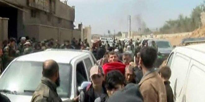 Photo of (فيديو) خروج ألاف المدنيين من الغوطة عبر ممر حمورية