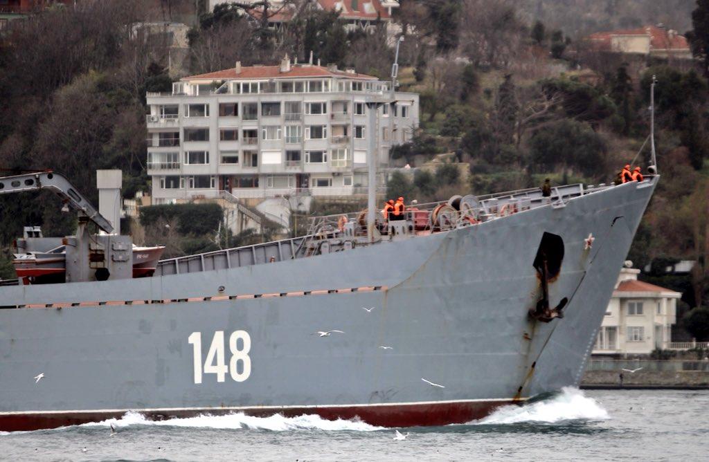 Photo of سفينة إنزال روسية محملة بالمعدات العسكرية تتجه إلى سوريا