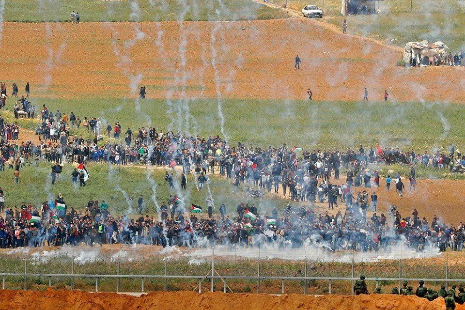 Photo of الاحتلال يرتكب مجزرة في يوم الأرض 16 شهيدا ومئات الجرحى فـي غزة