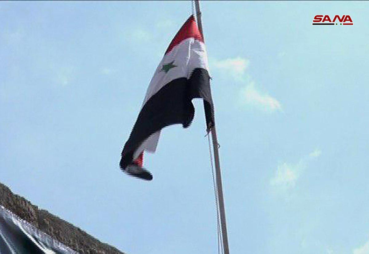 Photo of رفع العلم الوطني فوق مبنى المحكمة في مخيم اليرموك