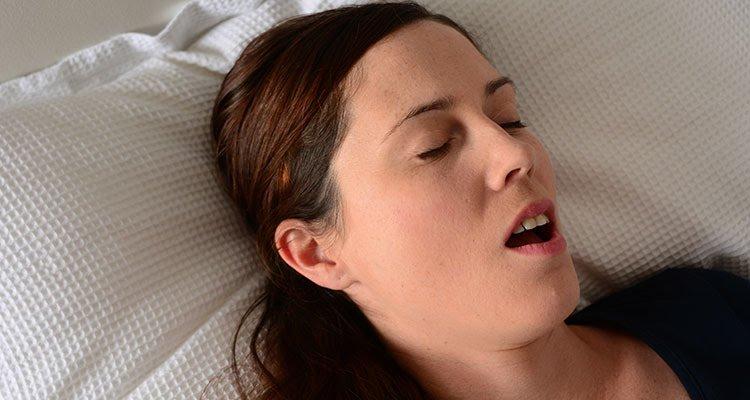 Photo of هل تعاني من فتح الفم أثناء النوم ؟ الأسباب وطرق العلاج