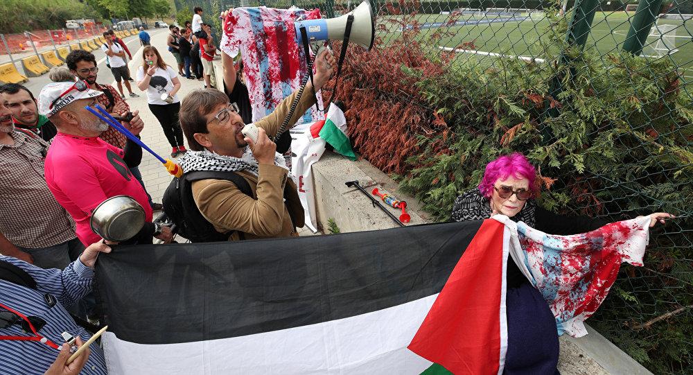Photo of محتجون يحاصرون مقر تدريبات المنتخب الأرجنتيني رفضا للمباراة مع إسرائيل