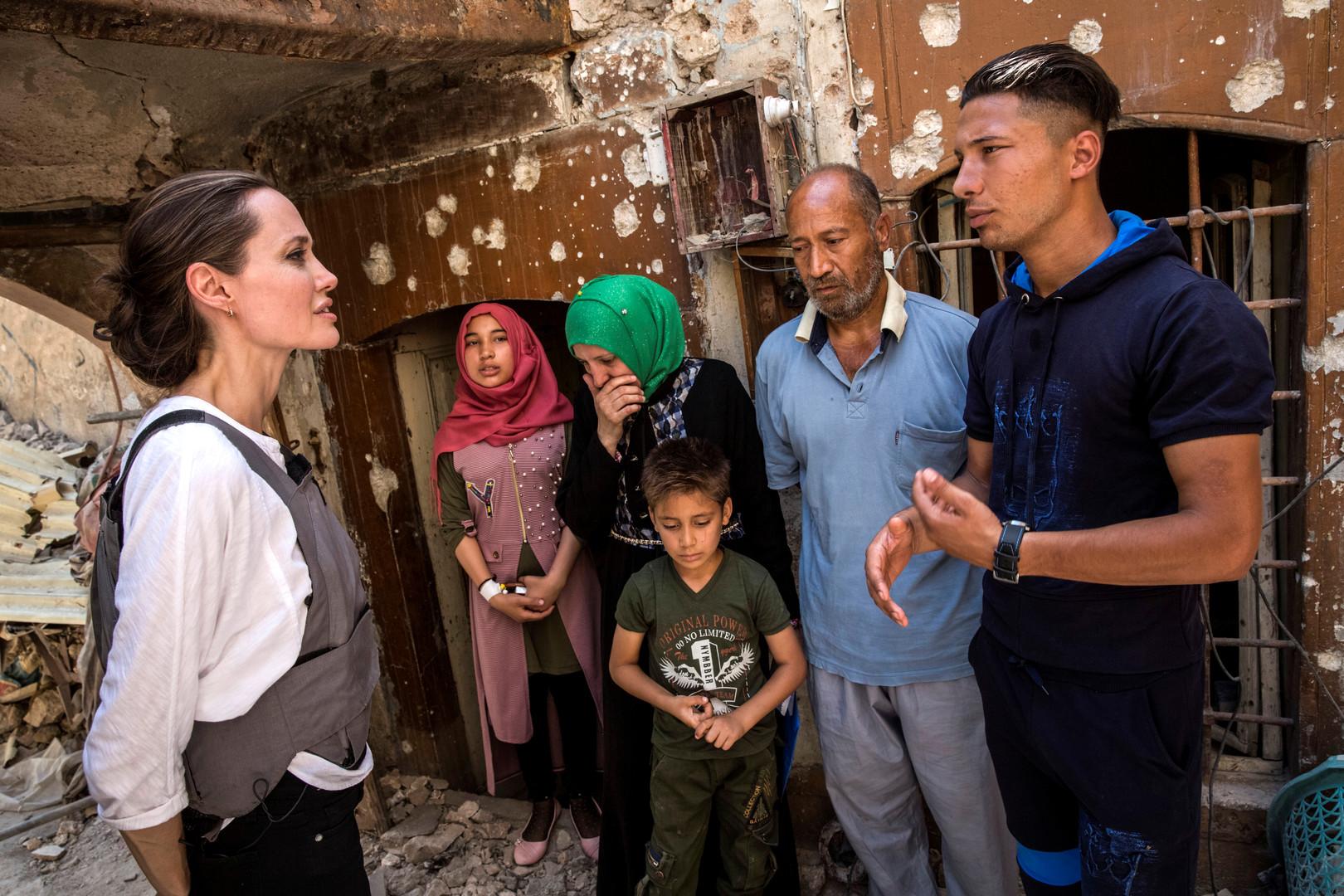 Photo of حجم الدمار الهائل يصدم انجيلينا جولي خلال زيارتها لمدينة الموصل