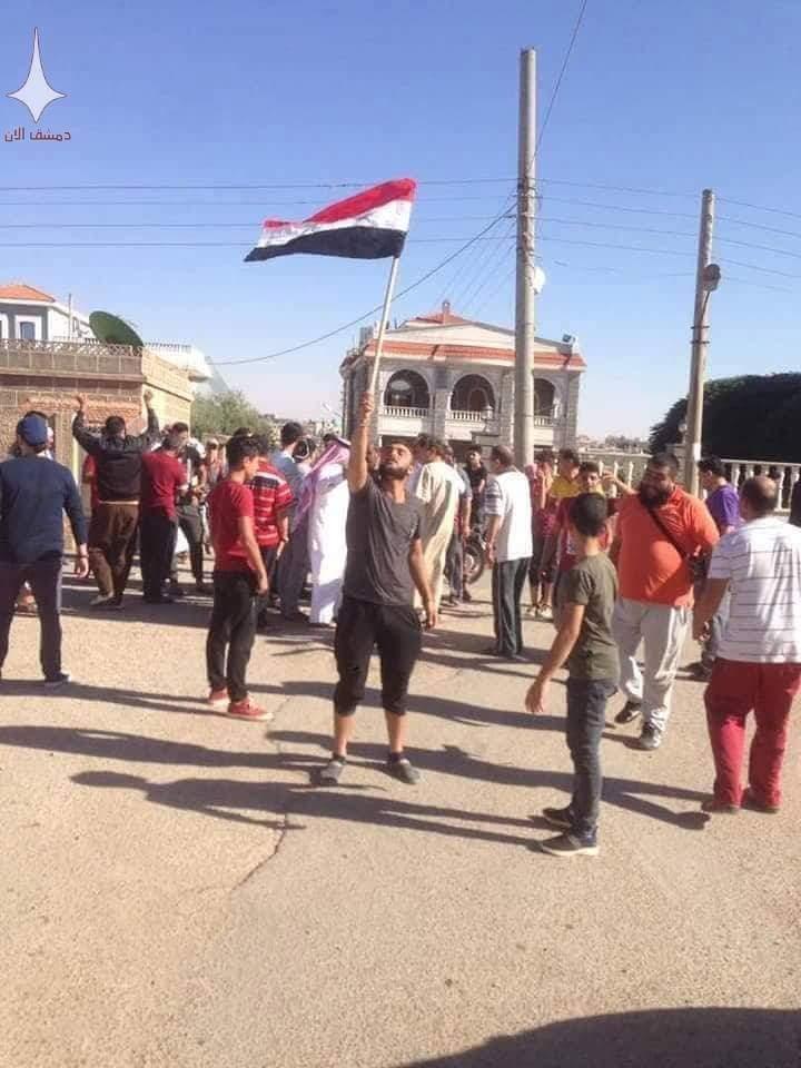 Photo of رفع العلم السوري في الغارية الشرقية بدرعا