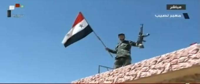 Photo of Armed Forces hoist Syrian flag over Nassib border crossing with Jordan in southern Daraa