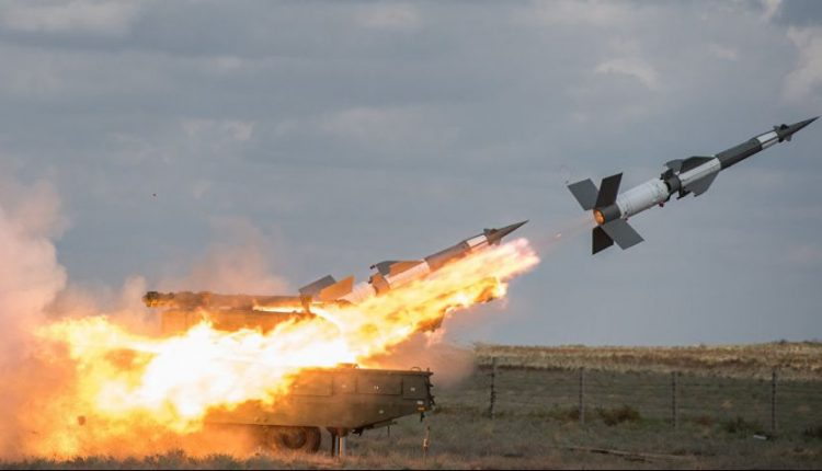 "Photo of الدفاعات الجوية تتصدى لصواريخ اسرائيلية بسماء ""حضر"""