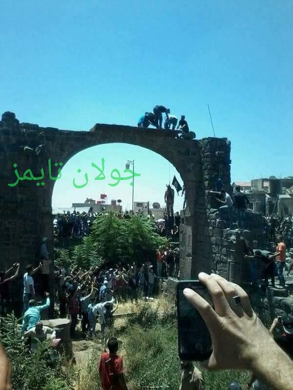 Photo of بالصور- تعليق مشنقة أحد الدواعش الذين تخطّوا حدود الجبل أمس