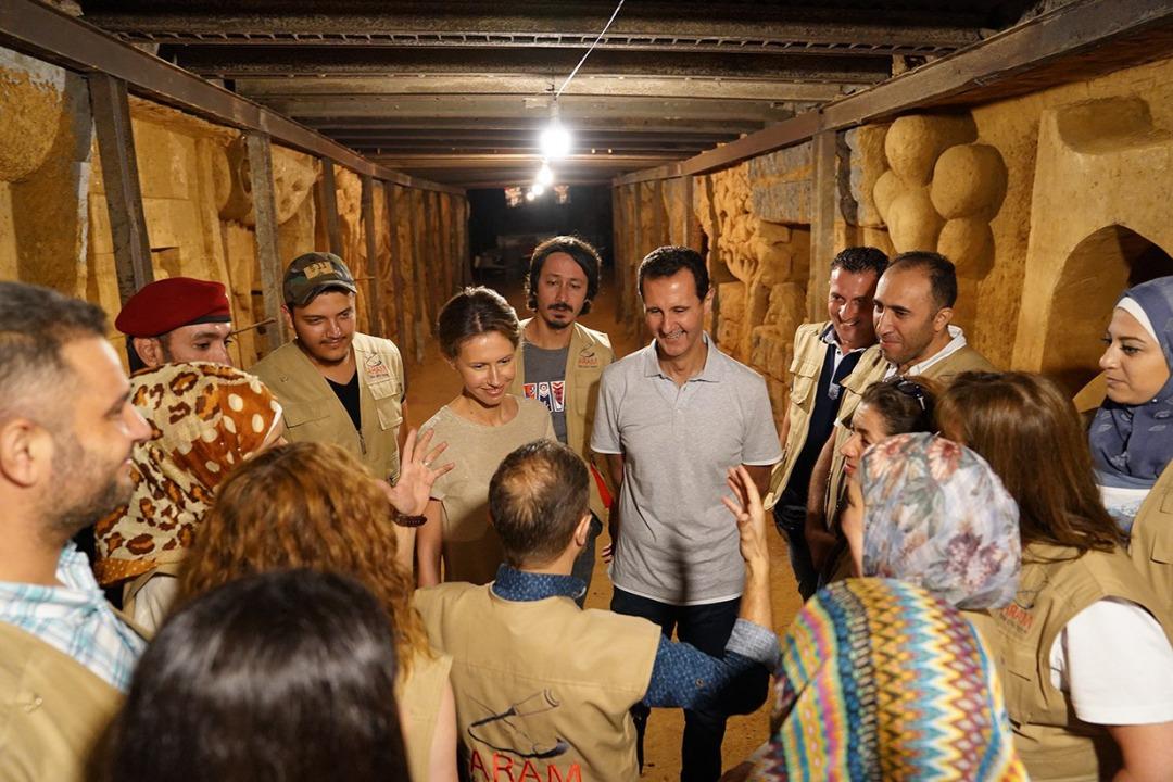 Photo of الرئيس بشار الأسد و السيدة اسماء يزوران أحد أنفاق جوبر بعد تحويله للوحة فنية