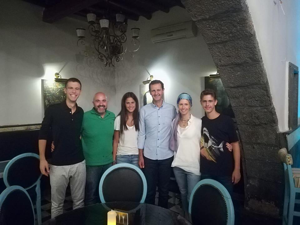 Photo of بالصور.. الأسد وعائلته في أحد مطاعم دمشق القديمة