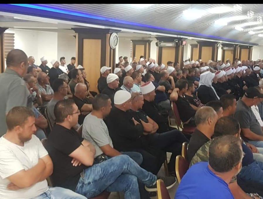 المئات يجتمعون في بيت الشعب ببقعاثا للاطلاع من المحامي قيس ناصر حول امكانية تعديل مسطح البناء في القرية .