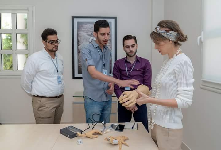 Photo of رعاية واهتمام من السيدة أسماء الأسد بطلاب المهتمين بالتطوير العلمي