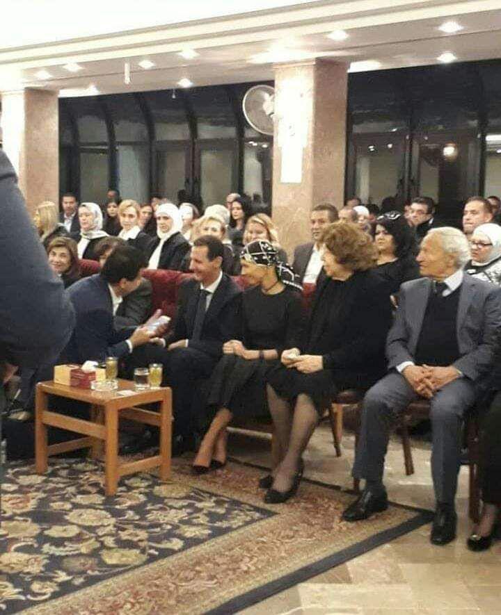 Photo of الرئيس الأسد وعقيلته برفقة فاروق الشرع يقدمان واجب العزاء للدكتورة العطار