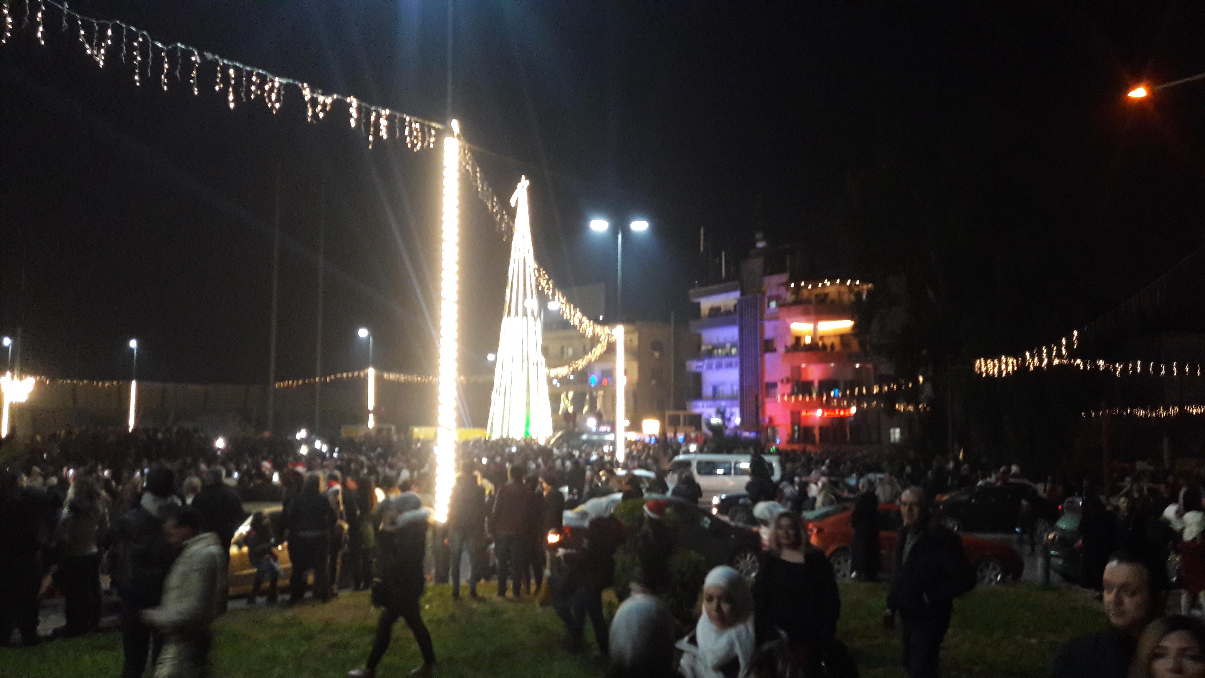 """Photo of """"ساحة العباسين"""" تنفض غبار الحرب وتتزين للميلاد (صور)"""