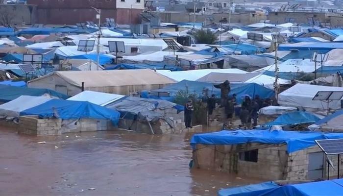 Photo of الأمطار تغرق 6500 عائلة في مخيمات الشمال السوري