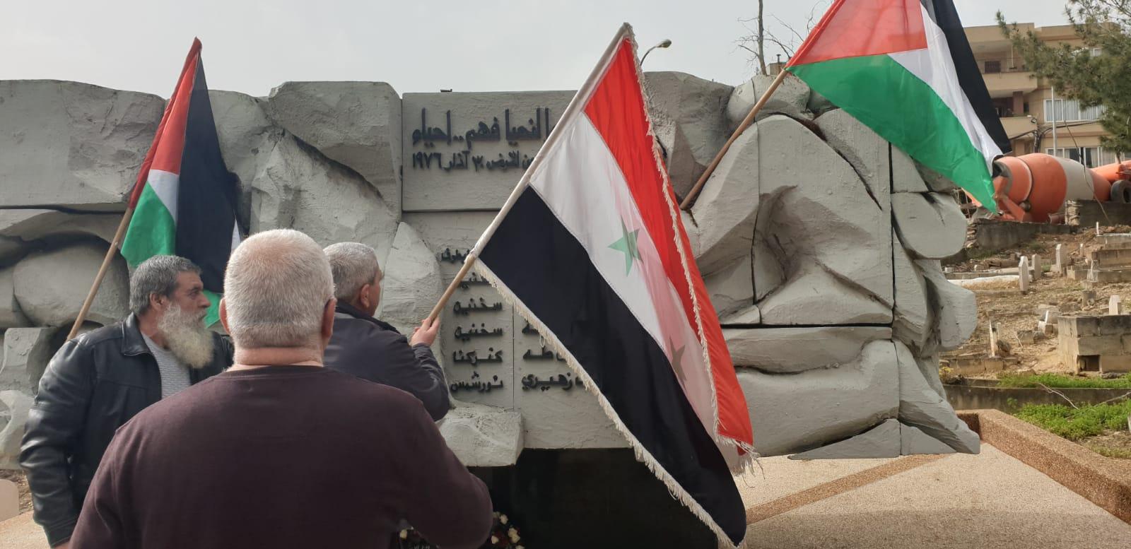 Photo of الفلسطينيون يزينون نصب شهدائهم بالعلم السوري