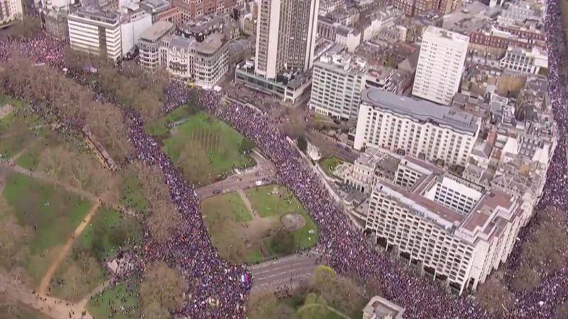Photo of تظاهرات حاشدة في لندن رفضًا لمغادرة الاتحاد الأوروبي
