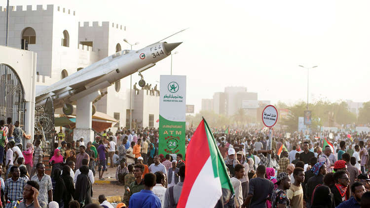 Photo of رغم حظر التجوال في السودان.. مظاهرات ضد المجلس العسكري الانتقالي