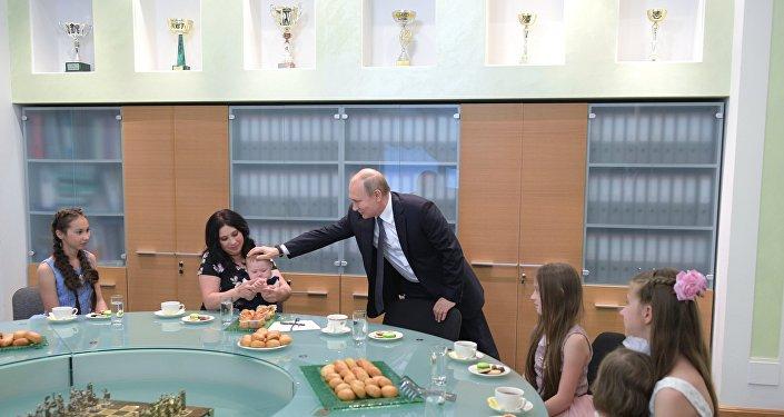 Photo of مخرج أمريكي يطلب من بوتين أن يصبح أبا روحيا لابنته