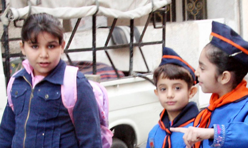 """Photo of وسطياً """"30 ألف ليرة"""" .. كلفة اللباس المدرسي فقط لعائلة لديها ثلاثة طلاب!"""
