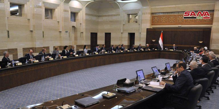 Photo of الحكومة توجه باتخاذ العقوبات الصارمة بحق المخالفين في الأسواق