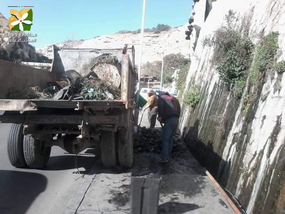 Photo of بالصور- محافظة دمشق تُنظف مجرى نهر بردى وفروعه