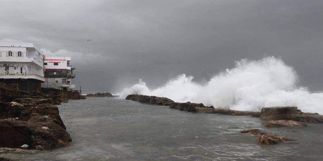 "Photo of ""جزيرة أرواد"".. أمواج بارتفاع ٦ أمتار والمياه داخل المنازل"