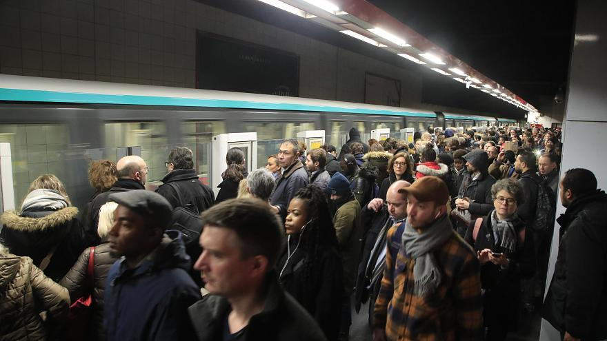 Photo of إضراب لليوم العاشر في فرنسا رفضا لإصلاح نظام التقاعد