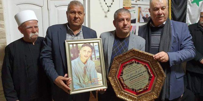 بالصور – وفد من أبناء الداخل الفلسطيني يزور منزل الأسير المحرر صدقي المقت